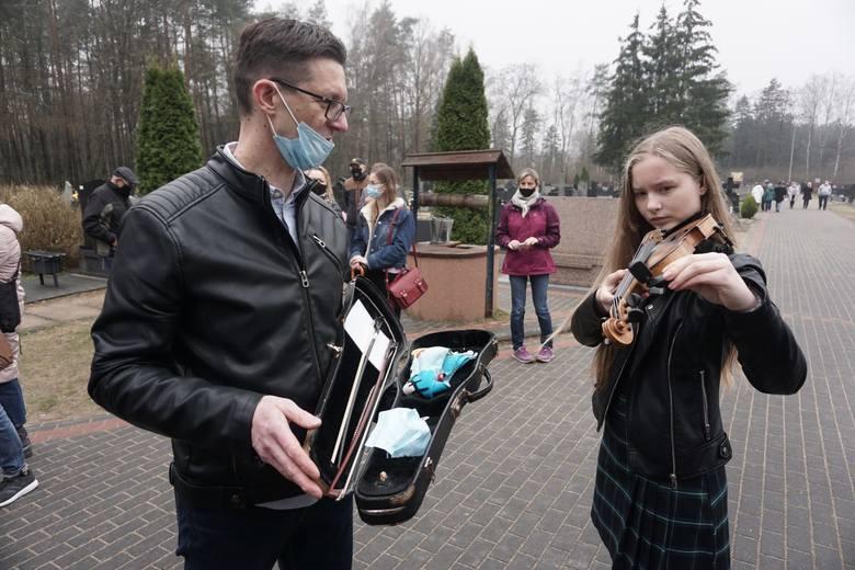 Przy miejscu pochówku Krzysztofa Krawczyka na cmentarzu Grotnikach palą się setki zniczy