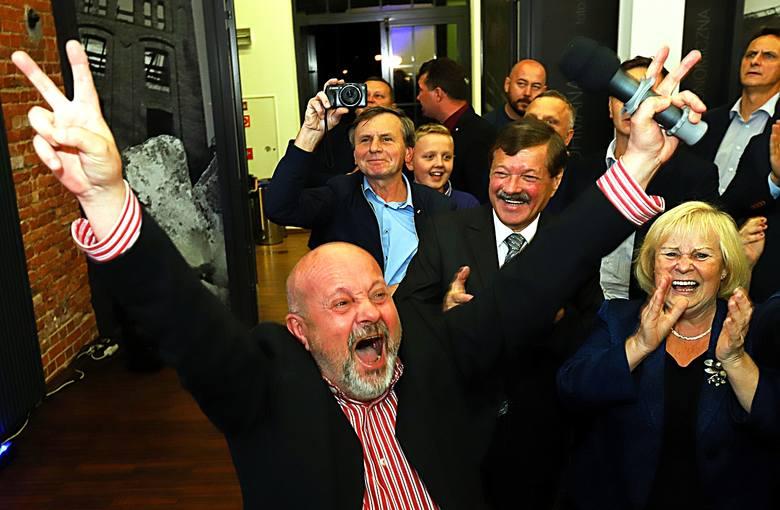Wybory 2019. W niedzielny wieczór poznaliśmy pierwsze sondażowe wyniki wyborów do Sejmu i Senatu. Wieczór wyborczy PiS w Łodzi. Zobacz zdjęcia z fetowania