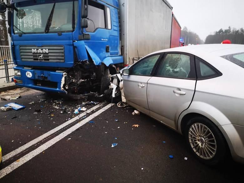 W czwartkowy poranek na drodze krajowej nr 25 w Tryszczynie doszło do poważnego wypadku. Auto osobowe zderzyło się z samochodem ciężarowym.FLESZ - wypadki