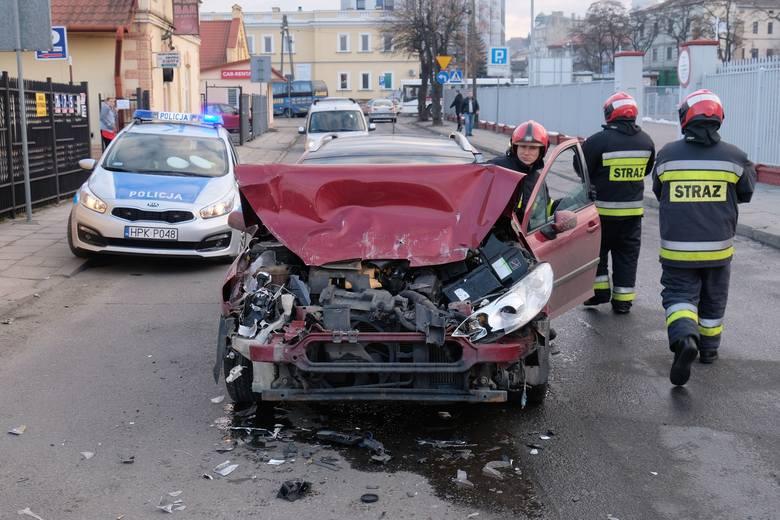 Do zdarzenia doszło na ul. Kałuży w Przemyślu. Kierujący peugeotem, 22-letni mieszkaniec pow. przemyskiego nie zachował odpowiedniej odległości od jadącego