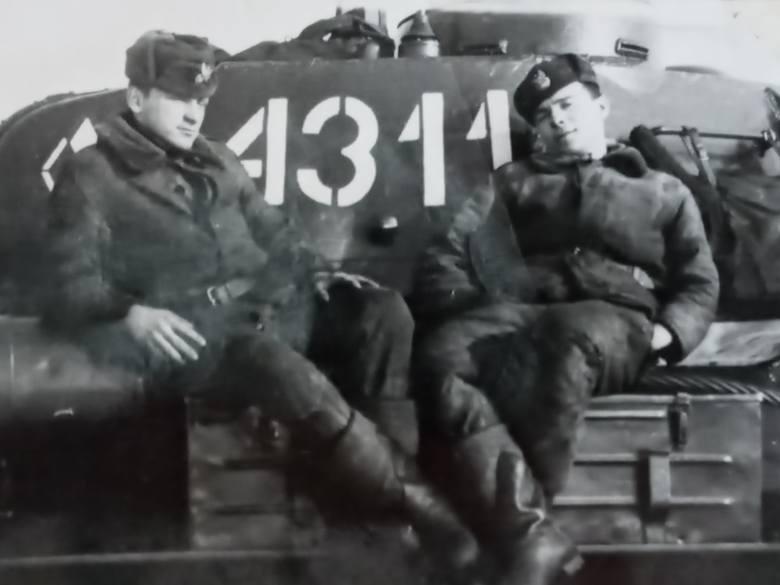 Żołnierz po prawej stronie to Jan Czajka. Zdjęcie zrobiono jeszcze przed wypadkami grudniowymi, na poligonie w Drawsku Pomorskim