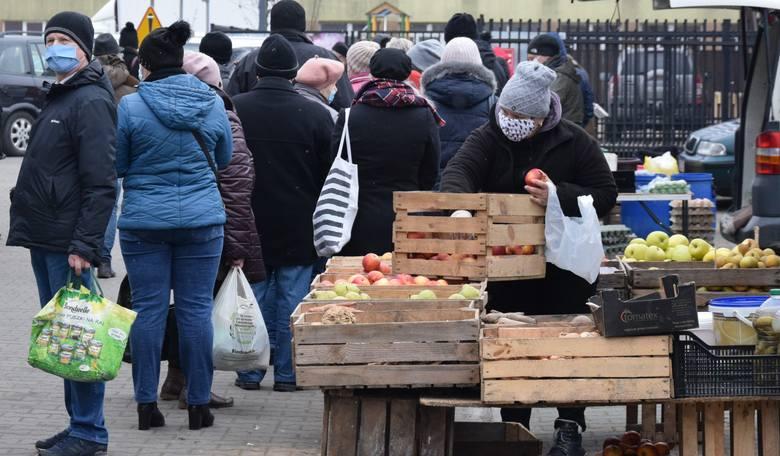 Mimo mroźnej pogody w sobotni ranek, 9 stycznia na miejskim targu w Szydłowcu było sporo handlujących i kupujących. Jakie były ceny warzyw i owoców?