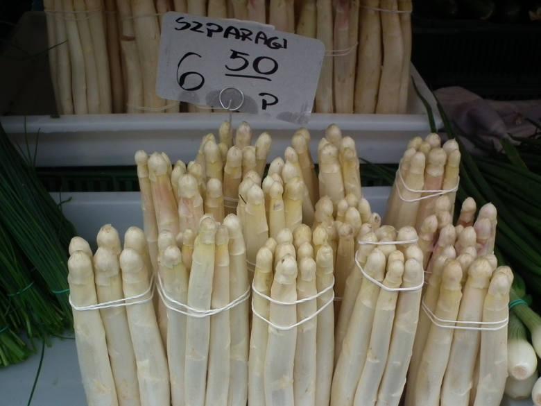 Zawsze na początku sezonu szparagi są drogie. W tym roku pierwsze szparagi można kupić za około 20 złotych za pęczek. Na ryneczkach za średniej wielkości pęczek białych szparagów zapłacimy 15 zł.