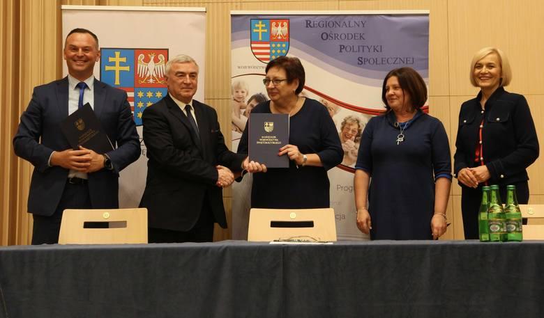 Podpisanie umowy. Od lewej: Andrzej Bętkowski - marszałek województwa, Magdalena Gościniewicz – pełniąca obowiązki dyrektora Miejskiego Ośrodka Pomocy