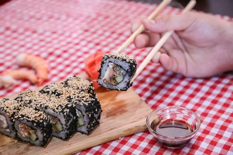 Występuje w różnych wersjach z mnóstwem dodatków i kolorów - sushi, najpopularniejsze danie kuchni japońskiej podbiło podniebienia Polaków. Kiedyś było