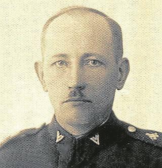 Pan Mieczysław, syn Jana Jakuczka, pokazuje jedno z zachowanych zdjęć ojca w mundurze