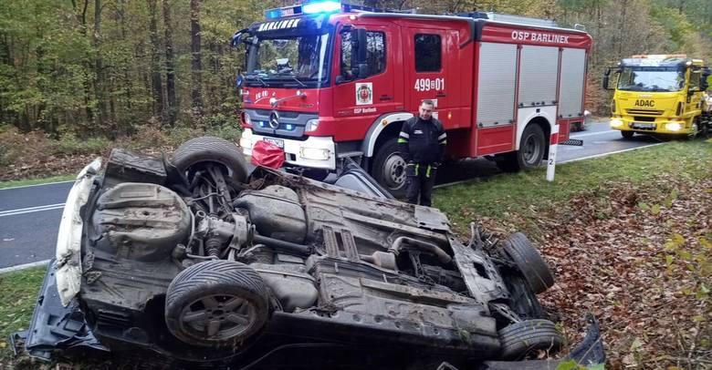 Do wypadku doszło w sobotę, 2 listopada, koło Łubianki pod Gorzowem. Kierujący bmw wypadł z drogi i na poboczu dachował.Kierujący bmw jechał z Barlinka