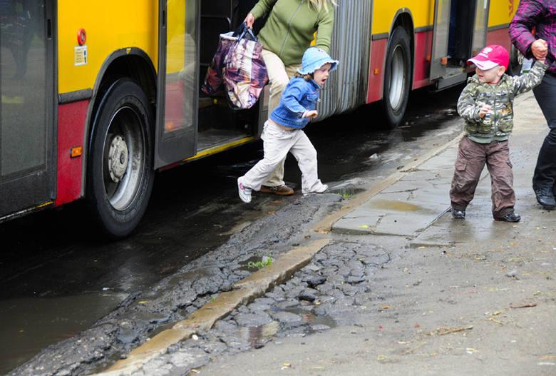 W niektórych miejscach asfalt ul, Łagiewnickiej w rejonie przystanków autobusowych ma 20-centymetrowe garby.