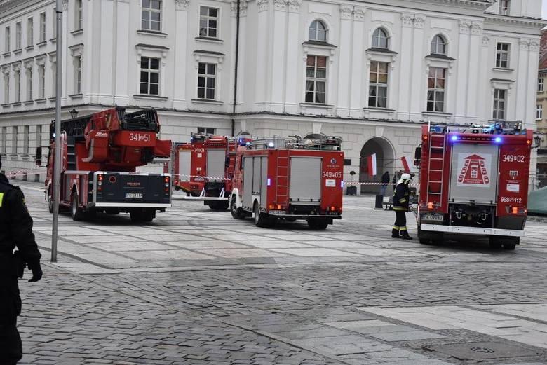 Przed godz. 14.00 do urzędu miasta w Kaliszu przyszedł mail z informacją o podłożonej bombie. Ewakuowano prawie 200 osób.<br /> <strong>Przejdź do kolejnego zdjęcia ---></strong><br />