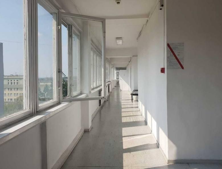 Mężczyzna wypadł z okna na tym korytarzu