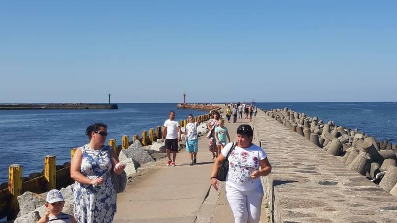 Piękna niedzielna pogoda zachęca do wyjazdu nad morze. W Darłowie nie brakuje spacerowiczów, choć trzeba przyznać, że turystów jest coraz mniej. Zobacz