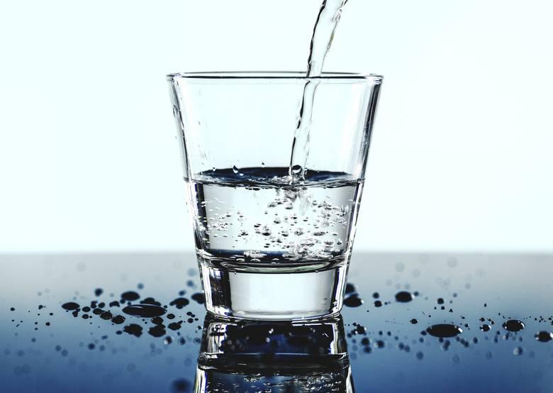 Po sobotniej imprezie trzeba dużo pić wody, by nawodnić organizm. Woda zawiera też wiele niezbędnych minerałów i mikroelementów.