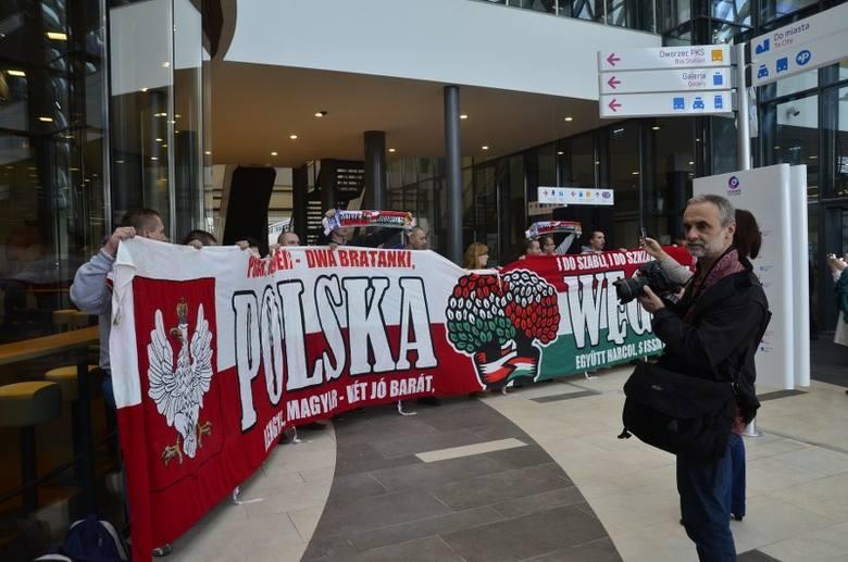 Przyjaźń polsko-węgierską uczcili także kibice Lecha rozwiając specjalnie przygotowany na tę okoliczność transparent