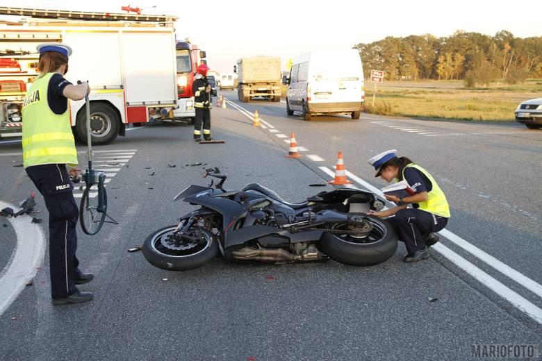 Według wstępnych ustaleń policjantów, 32-letni kierowca vw passata wymusił pierwszeństwo przejazdu na 51-letnim motocykliście jadącym kawasaki. W wyniku