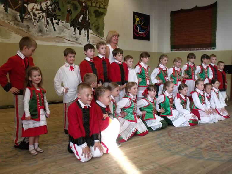 Dzieci z młodszych klas Zespołu Placówek Oświatowych w Kadzidle prezentowały swoje umiejętności