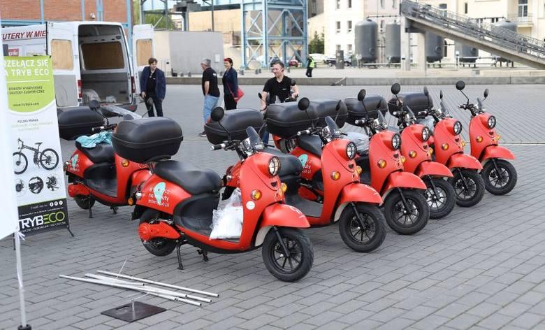 Od czwartku rano w Łodzi będzie można wypożyczyć na minuty elektryczny skuter. Usługę uruchamiają równocześnie dwie firmy: Blinkee (białe pojazdy) i