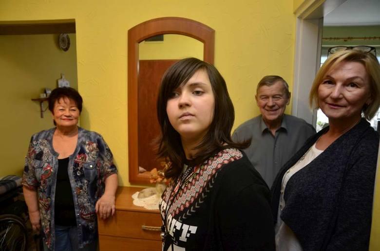 Babcia Wielisława, Ola, dziadek Marian i Anna Czekalska, wychowawczyni Oli