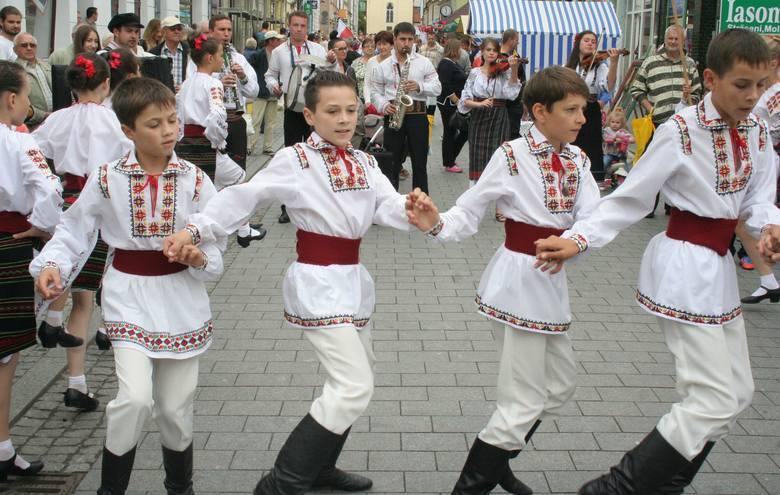 """XVI Jarmark Jaszczurczy i Międzynarodowe Spotkania z Folklorem """"Barwy Folkloru"""" w Chełmnie [zdjęcia]"""