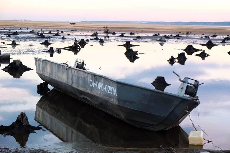 W jeziorze - jak co roku - obniżono teraz poziom wody. W sezonie jej przybędzie, ale opróżniania jeziora to za mało, aby uchronić zbiornik przed kolejnym