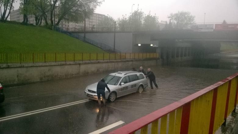 Woda zalała parkingi, piwnice oraz lokale. Białostockie ulice zamieniły się w rwące rzeki, przez które ciężko było przejechać.