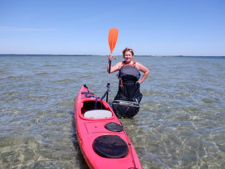 Fotka na środku Zatoki Puckiej. Agnieszka Głowacka mierzy głębokość wody za północnym krańcem mielizny