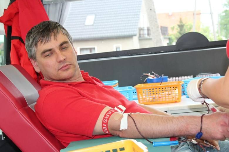 Strażacy z Chudoby po raz kolejny zorganizowali zbiórkę krwi. 26 osób oddało łącznie 11,7 litrów krwi . Na zdjęciu wójt Lasowic Wielkich Daniel Gagat,