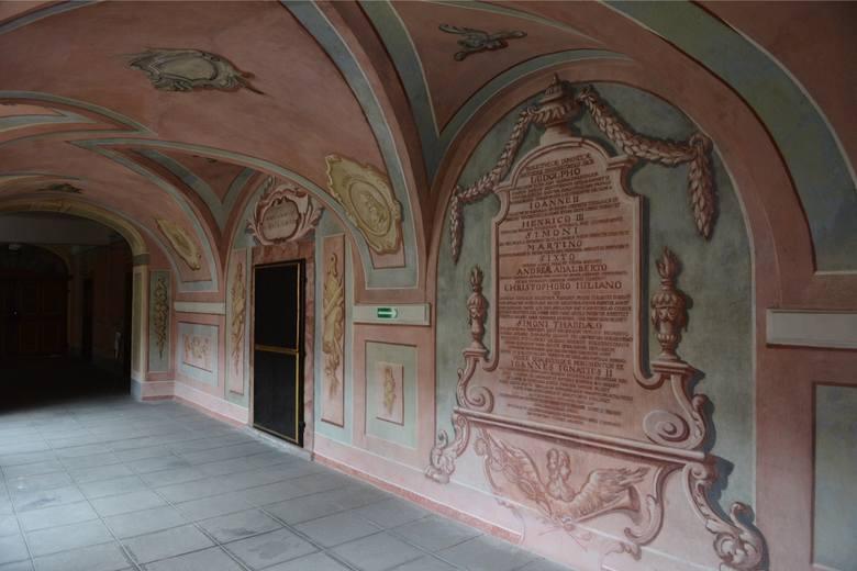 Kompleks zabudowań klasztornych dopełnia dawna szkoła nowicjatu i konwikt, wzniesione w latach 1740–1758 przez scalenie starszych budynków, w tym renesansowego pałacu opatów.