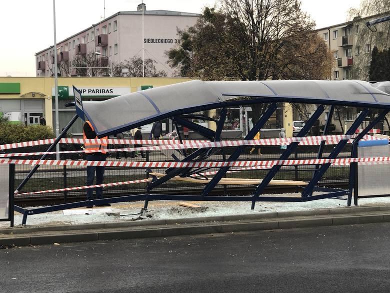 Zniszczony przystanek na Wojska Polskiego. W nocy doszło przy nim do potrącenia pieszego [fotki]