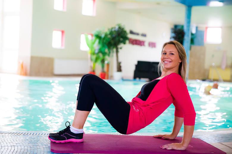 Uginanie ramion w podporze tyłem - mięsień trójgłowy ramienia  Wykonywanie ćwiczenia rozpoczynamy od podporu tyłem. Unosimy biodra w górę i uginamy nogi