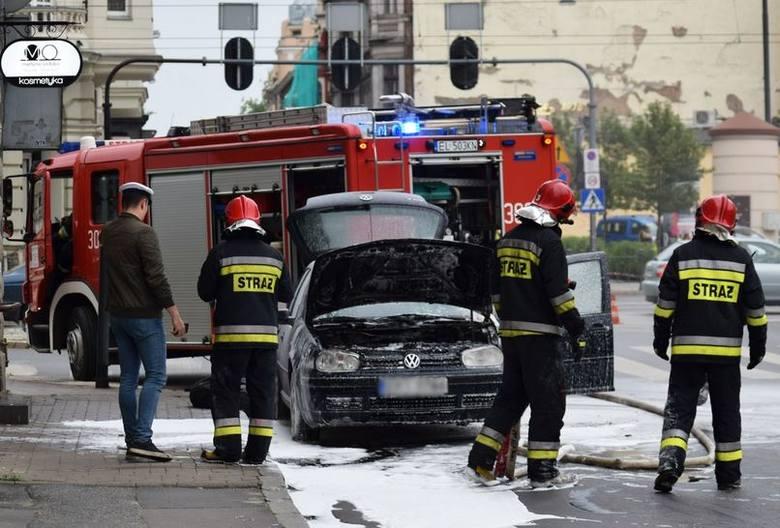 Osobowy volkswagen zaczął się dziś palić na al. Kościsuzki przy ul. Struga. Do pożaru doszło ok. godz. 19. Ogień pojawił się w komorze silnika. Ugasili