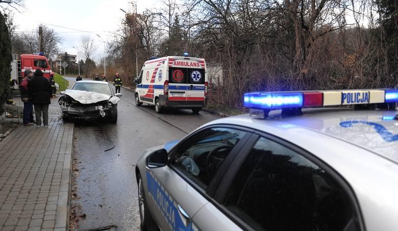 Kierujący renault wyjeżdżając z drogi podporządkowanej, nie ustąpił pierwszeństwa przejazdu kierującemu nissanem jadącemu ul. Kochanowskiego.