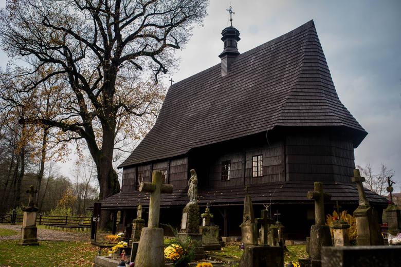 Drewniany kościół św. Leonarda to wielce urokliwe miejsce, które cieszy się ogromnym zainteresowaniem turystów i... planujących ceremonię ślubną narzeczonych.