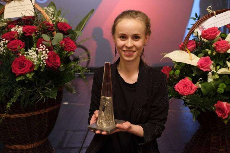 Joanna Rozkosz ze statuetką Wilama dla najlepszej w ubiegłym roku aktorki Teatru Horzycy. Nagrodę przyznali jej widzowie teatralni