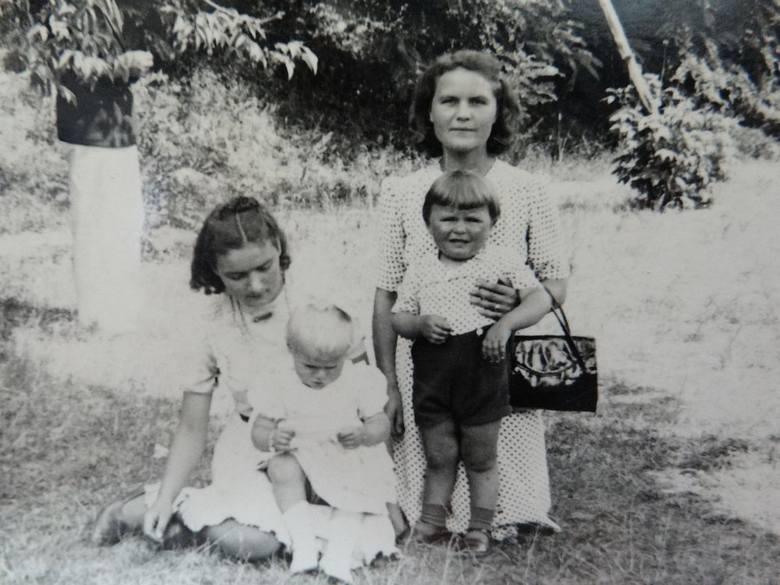 Z mamą (po prawej stronie) i krewnymi