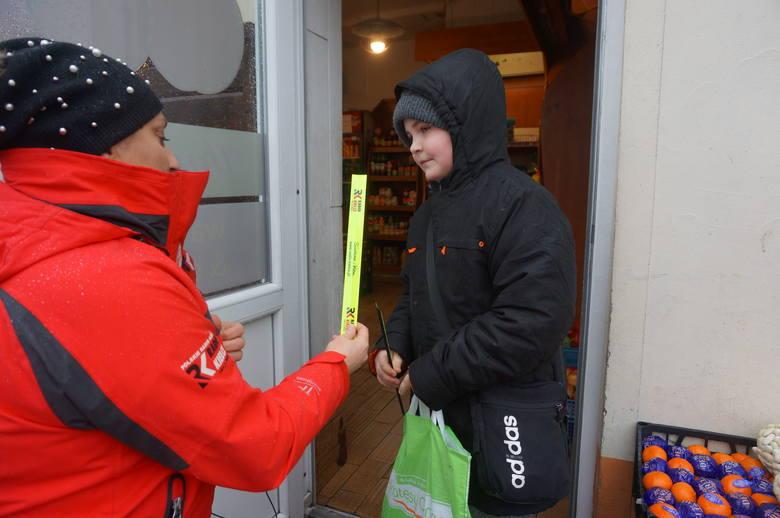 Jędrzejów. Akcja rozdawania odblasków zorganizowana przez Radio Kielce.