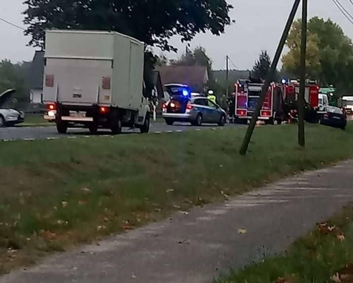PŁAW. Zderzenie dwóch samochodów koło Krosna Odrzańskiego. Pojazdy wypadły z drogi [ZDJĘCIA]