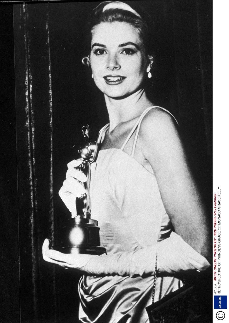 """Grace Kelly z Oscarem za rolę w filmie """"Dziewczyna z prowincji"""".Kelly została nagrodzona w kategorii """"najlepsza aktorka"""""""