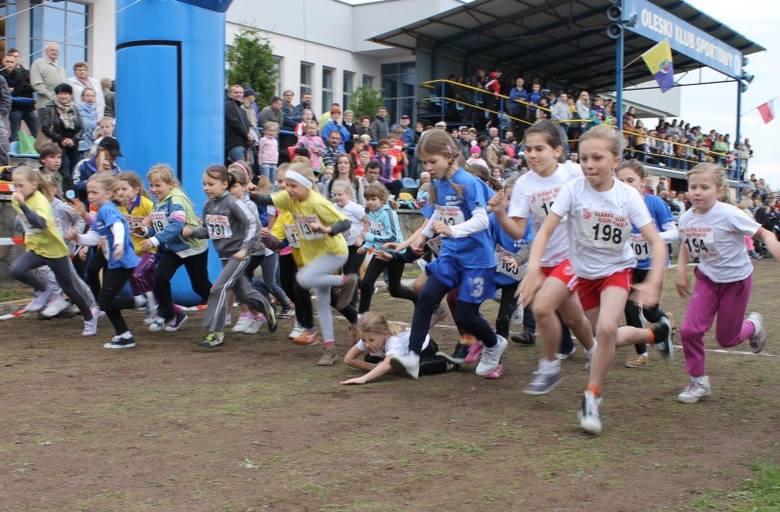 380 zawodników: od przedszkolaków do maturzystów biegało na stadionie miejskim w Oleśnie podczas XVII Oleskich Ulicznych Biegów Pokoju.