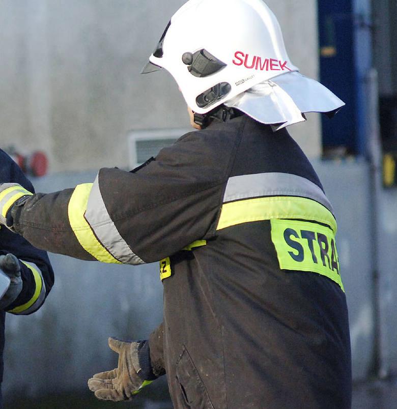 Koszalin. Na ulicy Orląt Lwowskich strażacy gasili płonący samochód
