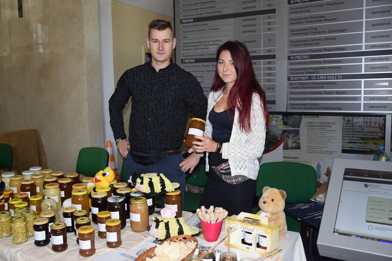 <strong>W Urzędzie Marszałkowskim w Rzeszowie podkarpaccy pszczelarze podsumowali pszczelarskie żniwa i podzielili się swoimi wyrobami ze smakoszami miodów. To już 14. edycja Podkarpackiego Święta Miodu.</strong><br /> <br /> Pszczelarze w Rzeszowie promowali swoje wyroby: miód oraz produkty pszczele....
