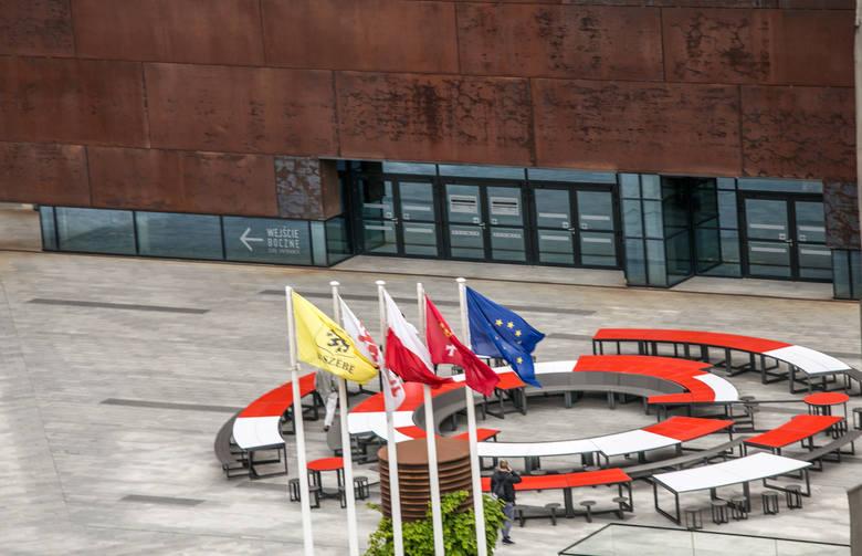 Przed Europejskim Centrum Solidarności stanął okrągły stół. Instalacja będzie jednym z elementów Święta Wolności i Solidarności