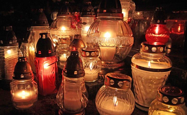 Cmentarz parafialny w Grudziądzu zyskuje na uroku podświetlony zniczami ustawionym licznie na grobach w Dniu Wszystkich Świętych.
