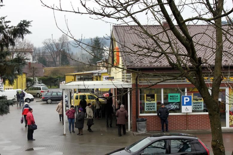 """""""Biedronka"""" przy ul. Fabrycznej. Od rana tłumek Ukraińców okupuje parking i deptak wokół sklepu."""