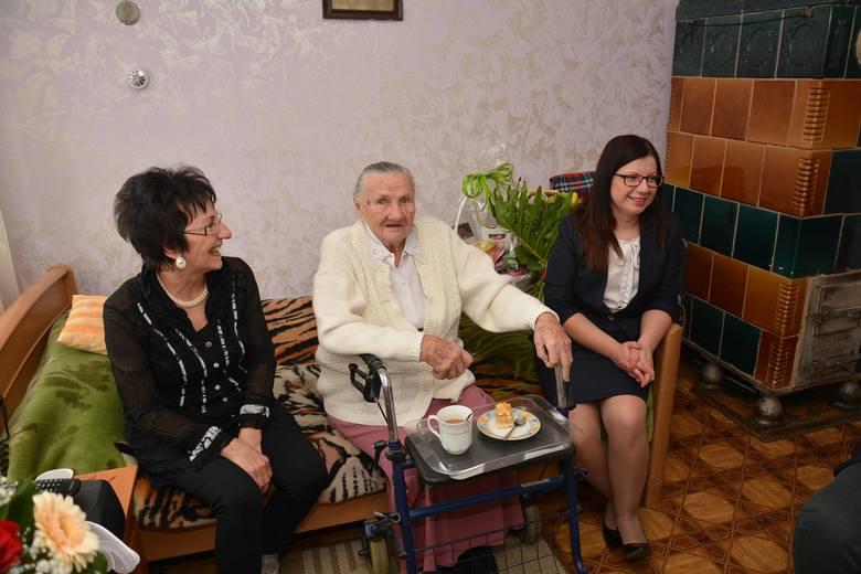 Genowefę Sokołowską z Witnicy z okazji 100. urodzin odwiedziła z kwiatami m.in. Ewa Nowicka, zastępca szefa USC.