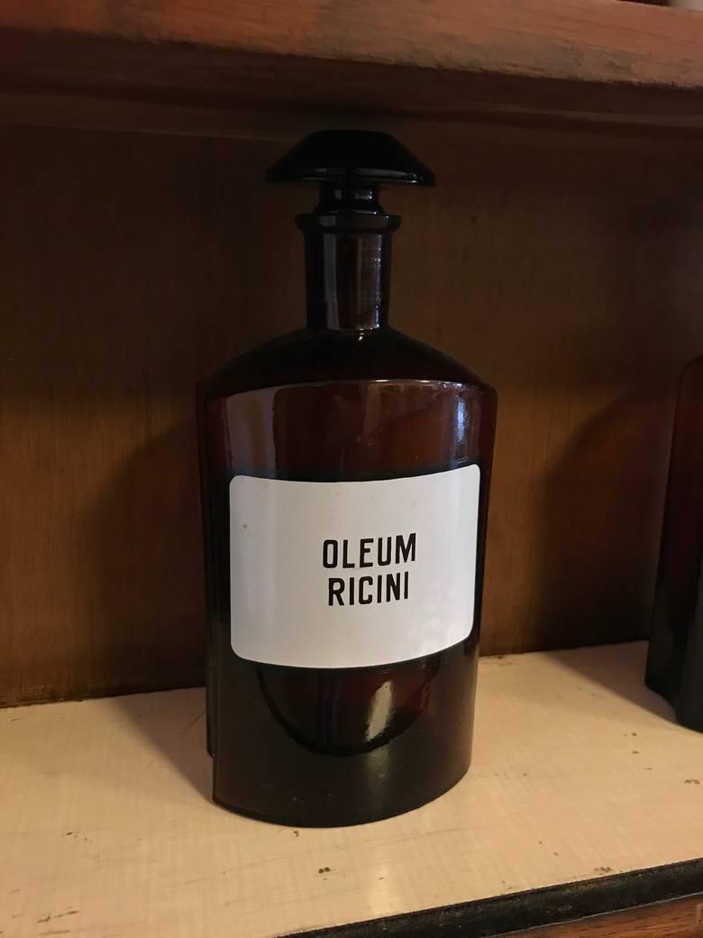 Olej rycynowy to tradycyjny środek przeczyszczający, jednak ze względu na silne działanie drażniące i pogłębiające problem zaparć nie jest obecnie z