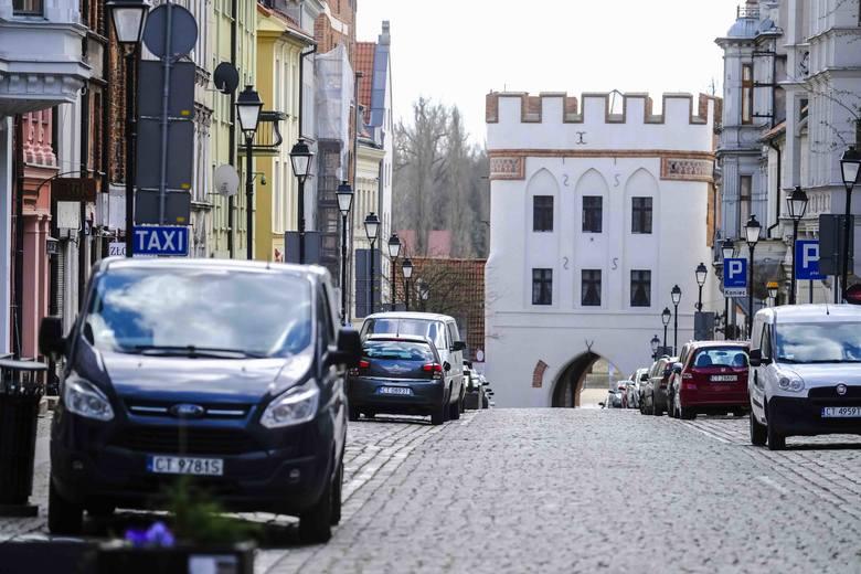 <strong>Puste ulice to od kilku tygodni standardowy widok w Toruniu. Sprawdźcie, jak torunianie radzą sobie z paniką przed koronawirusem</strong><br /> <br /> [b]POLECAMY:<br /> <br />...