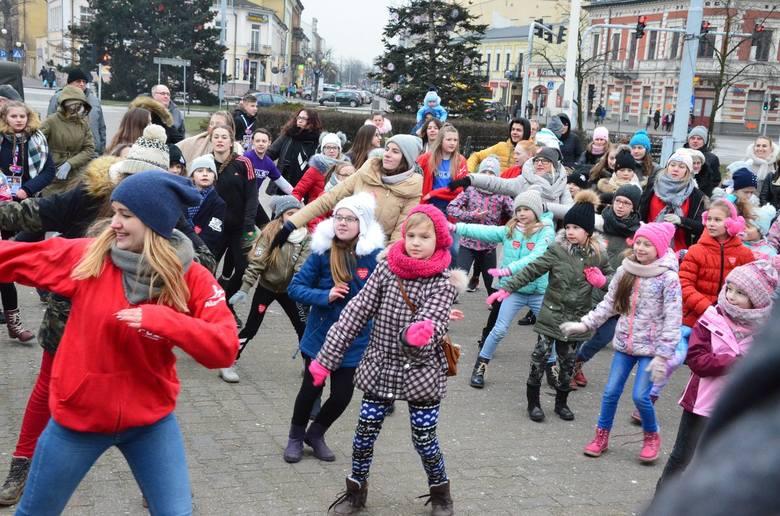 W pulsującym rytmie serca miasta zachęcały tancerki ze Szkoły Tańca Puls do wspólnej zabawy na pl. Wolności. Chętnych do obejrzenia pokazów było wielu.