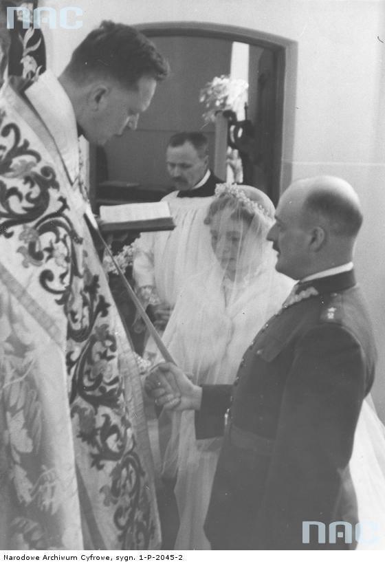 Para młoda podczas ceremonii zaślubin. Widoczny ks. kanonik Aleksander Plater-Zyberk kapelan kardynała Kakowskiego.