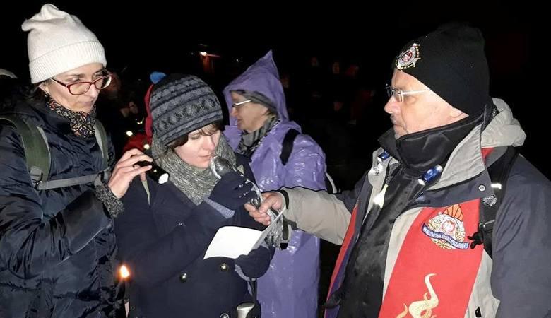 VI Nocną Drogę Krzyżową prowadził ksiądz Marian Fatyga, dziekan skalbmierskiego dekanatu.