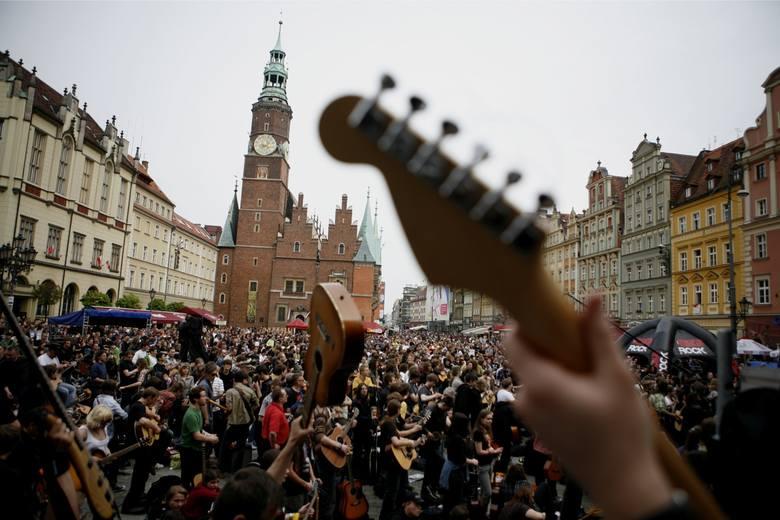 To już piętnasta edycja imprezy. Rok temu wspólnie zagrała rekordowa ilość 7356 gitarzystów.